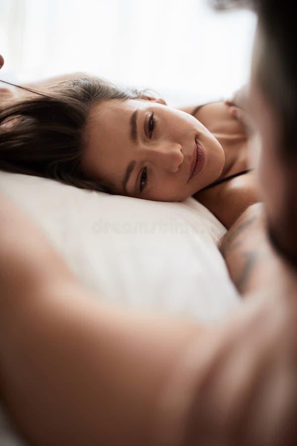 Amants sexy étant intimes dans le lit photos stock