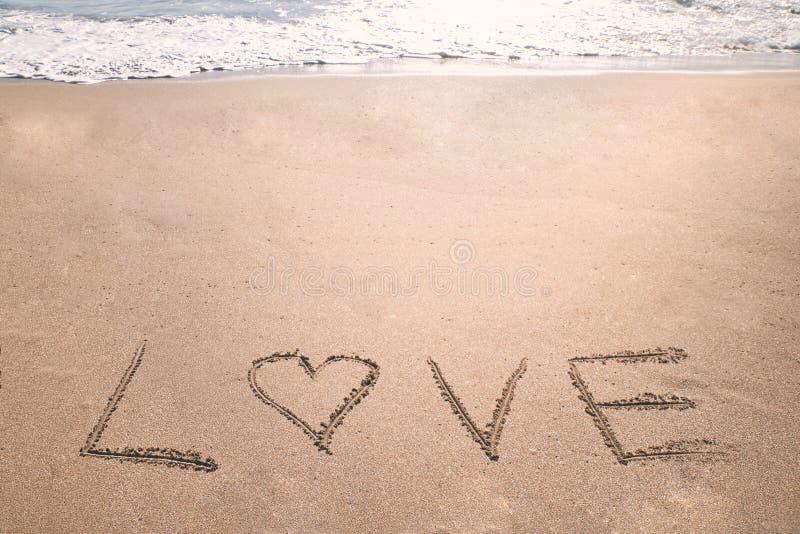 Amar a praia romântica do coração fotografia de stock