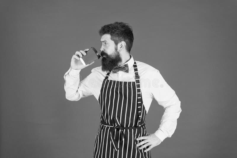 Amar seu trabalho Café de terceira onda aspira à mais alta forma culinária de apreciação do café Homem barbudo hipster fotos de stock