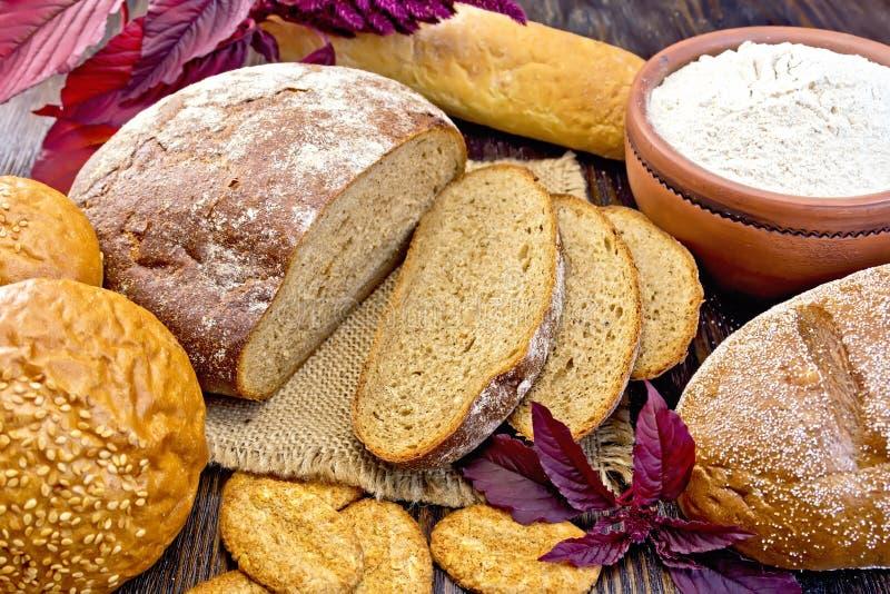 Amaranto do pão e dos biscoitos com farinha e flor a bordo fotografia de stock