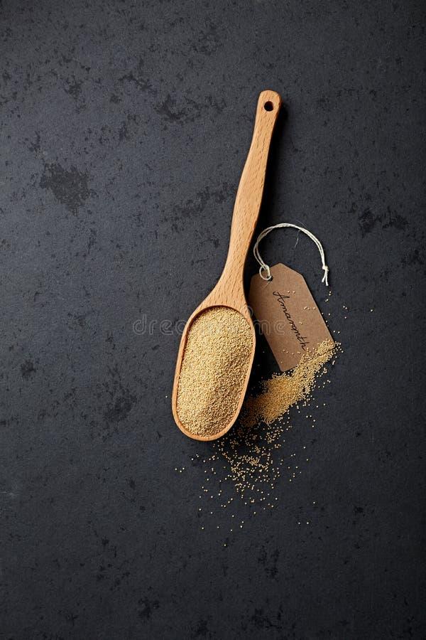 Amaranto orgánico en una cuchara dosificadora fotografía de archivo