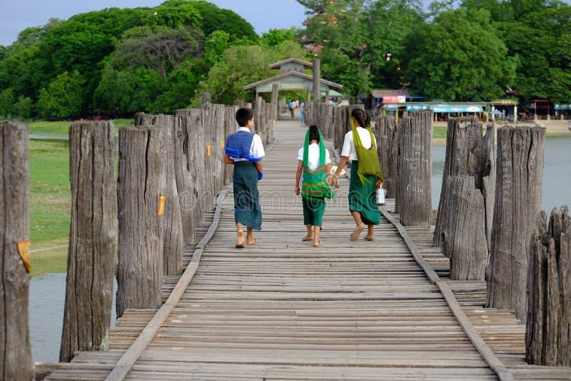 Amarapura,缅甸- 2015年6月28日, :五颜六色的衣裳的孩子 库存图片