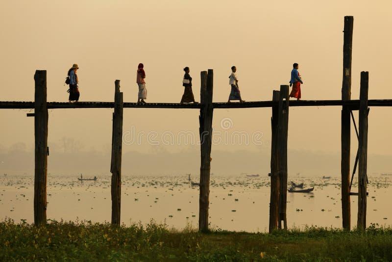 Amarapura, Мьянма - 21-ое февраля 2015: Люди идя на w стоковое фото rf