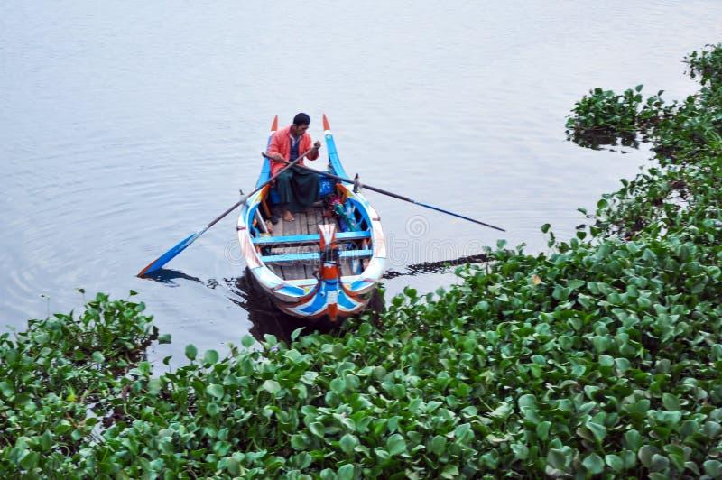 Amarapura Myanmar, Październik, - 9, 2013: Ferryman na Taungthaman jeziorze fotografia royalty free