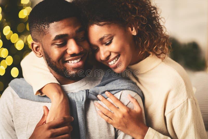 Amare una coppia che trascorre insieme la notte di Natale fotografia stock