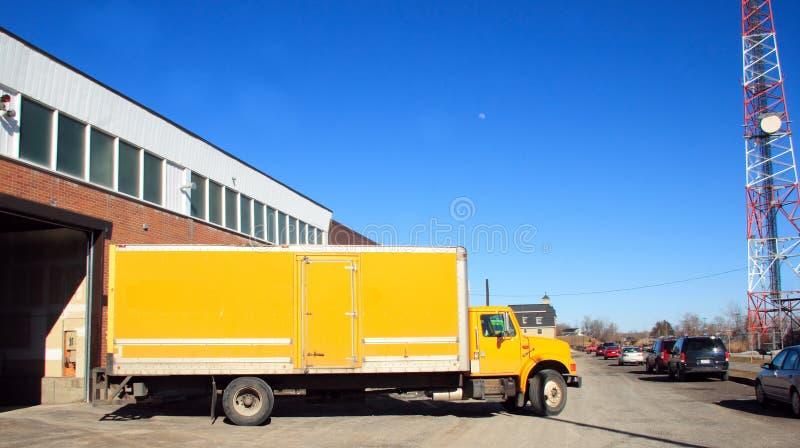 Amarele o caminhão de entrega imagens de stock