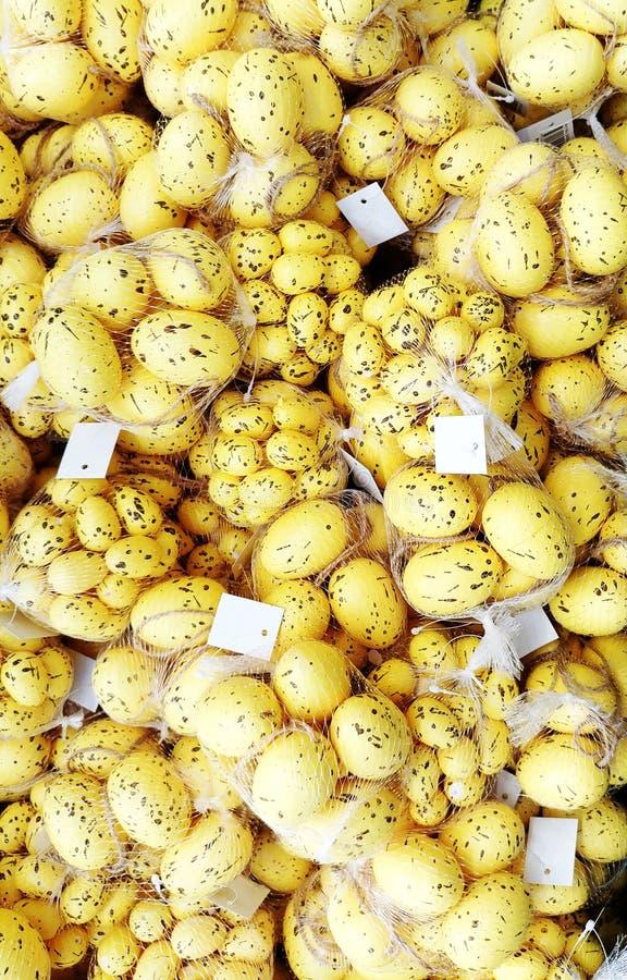 Amarelo com a janela da loja do fundo do ovo da páscoa das salpicaduras fotografia de stock