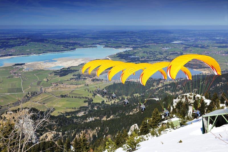 Amarelo da sequência do Paraglider em Baviera fotografia de stock royalty free