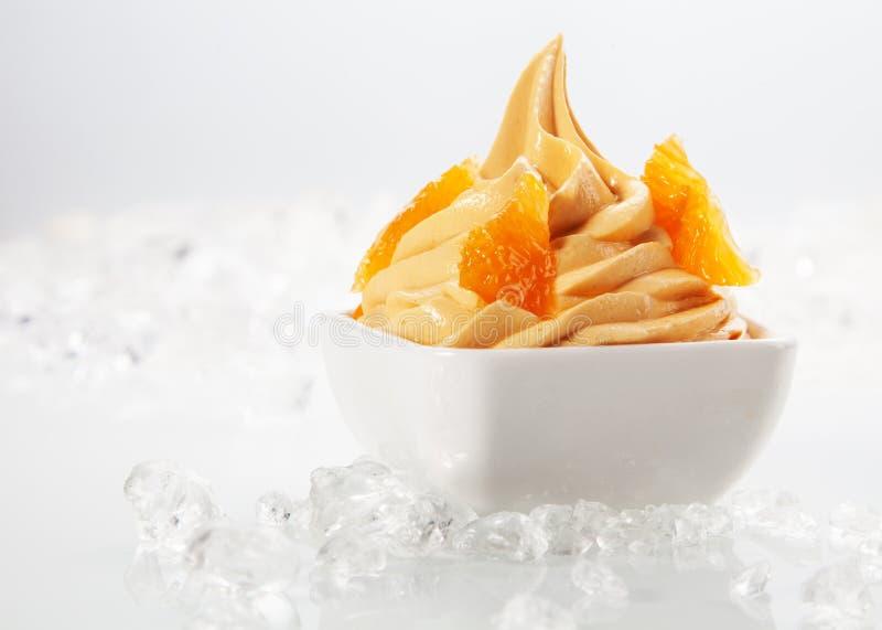 Amarelo delicioso congelado com coberturas saborosos fotografia de stock royalty free