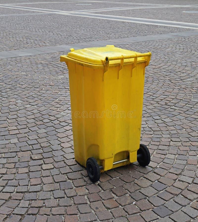 Amarelo do escaninho do Wheelie fotos de stock