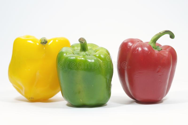 Amarelo, vermelho e verde - hoje nós cozinhamos três pimentas para um colore fotografia de stock