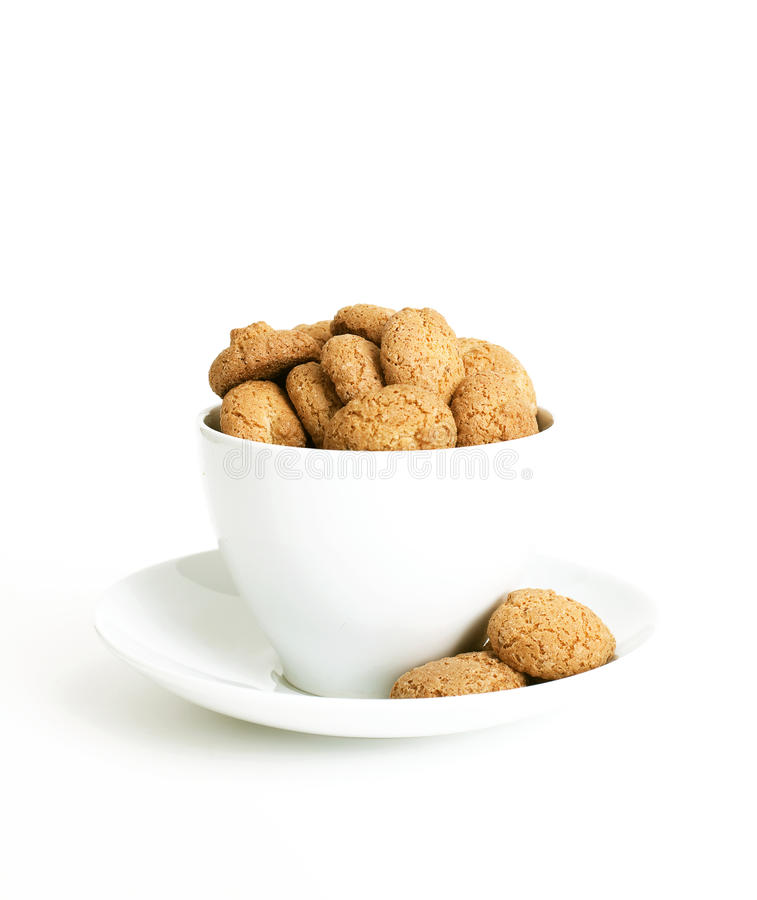 Amarettini in una tazza bianca fotografie stock