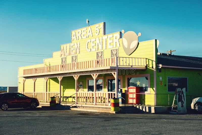 Amargosavallei, Nevada, Verenigde Staten - Oktober 26, 2017: Gebied 51 Vreemd Centrumwinkel en benzinestation stock fotografie