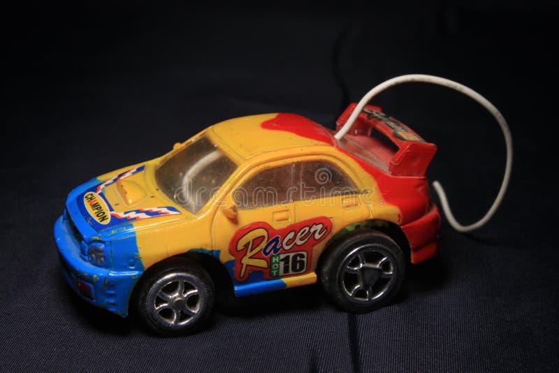 Amarillo, azul y rojo del camión del juguete fotografía de archivo