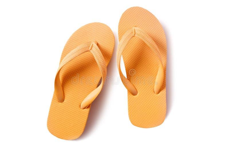 Amarillo de las sandalias de la playa de la chancleta aislado en el fondo blanco imagen de archivo