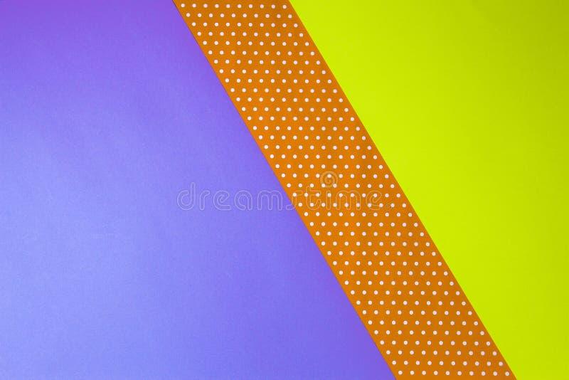Amarillo geométrico abstracto, púrpura y fondo de papel del lunar foto de archivo libre de regalías