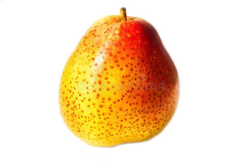Amarillo pecoso - pera roja aislada en el fondo blanco imagenes de archivo