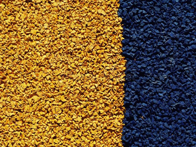 Amarillo y azul texturizó los deportes del caucho que solaban la estera foto de archivo