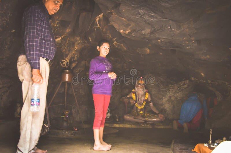 AMARKANTAK, INDIA MEI-6 2017: De toerist komt ziet heilig stock foto