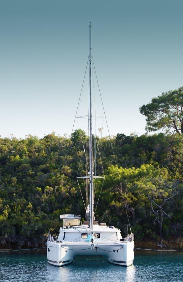Amarré dans un catamaran de lagune Repos sur la mer, voyage de bateau photo libre de droits