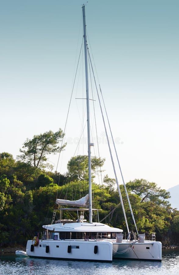 Amarré dans un catamaran de lagune Repos sur la mer, voyage de bateau image libre de droits