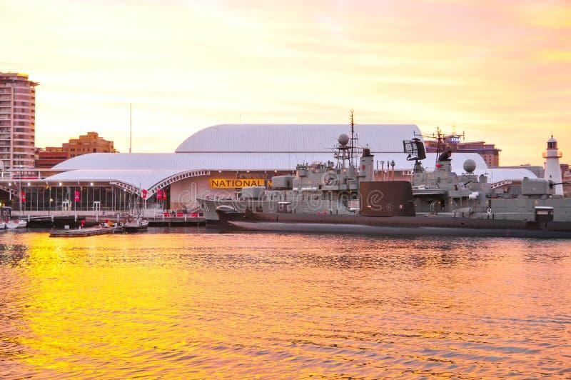 Amarração da navio de guerra no museu marítimo nacional australiano com o céu bonito do por do sol fotografia de stock