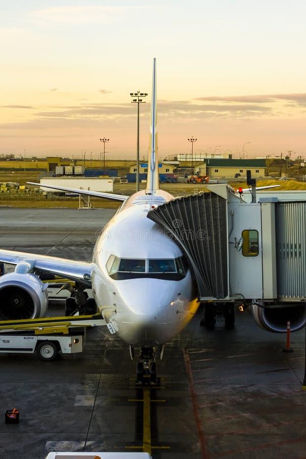 Amarrage d'avion à l'aéroport photos stock