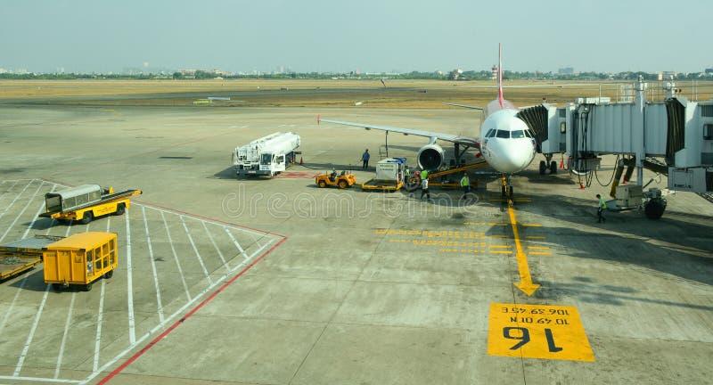 Amarrage d'avion à l'aéroport dans Bali, Indonésie photos stock