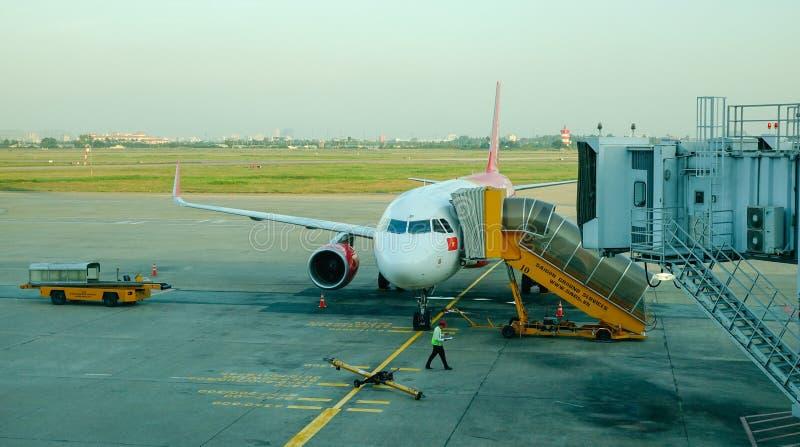 Amarrage d'avion chez Tan Son Nhat Airport images libres de droits