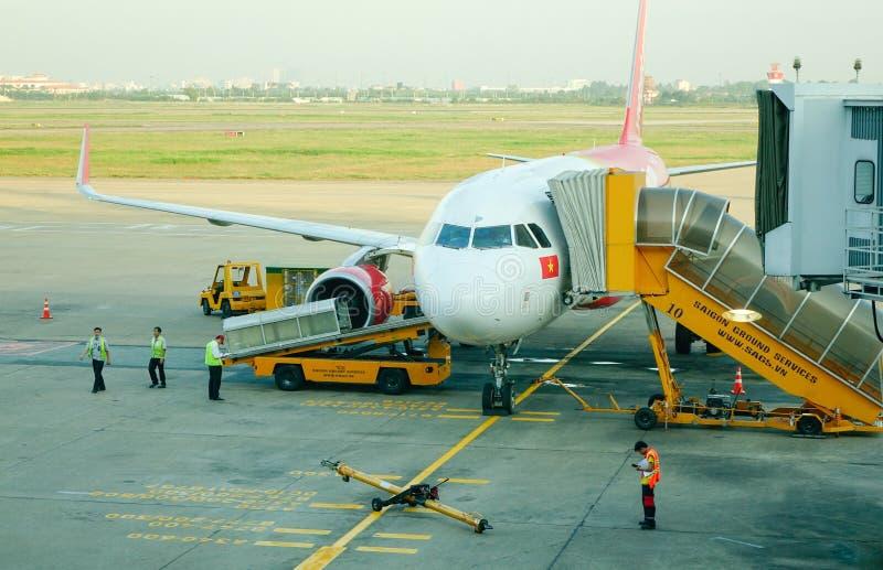 Amarrage d'avion chez Tan Son Nhat Airport dans Saigon, Vietnam image libre de droits