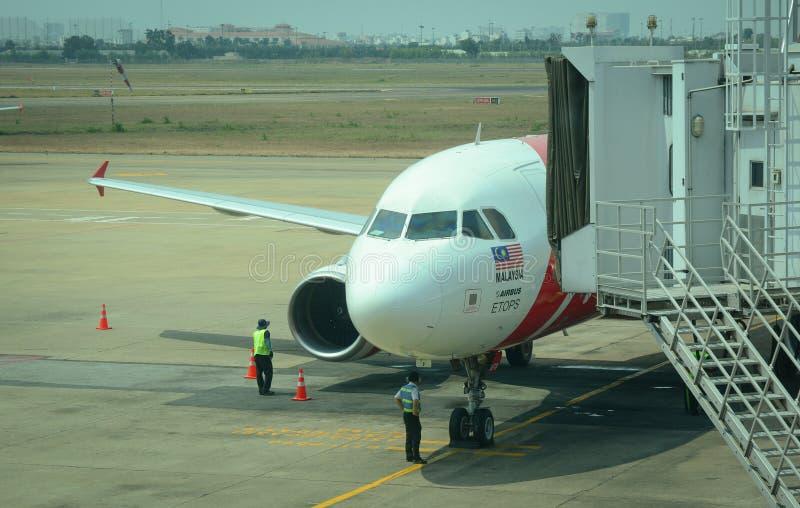 Amarrage d'avion d'AirAsia à l'aéroport à Penang, Malaisie photos stock