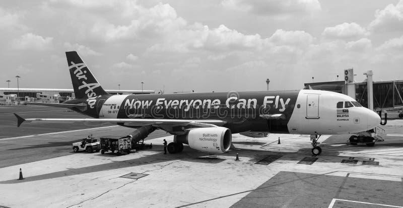 Amarrage d'avion d'AirAsia dans l'aéroport de Haneda, Japon image stock