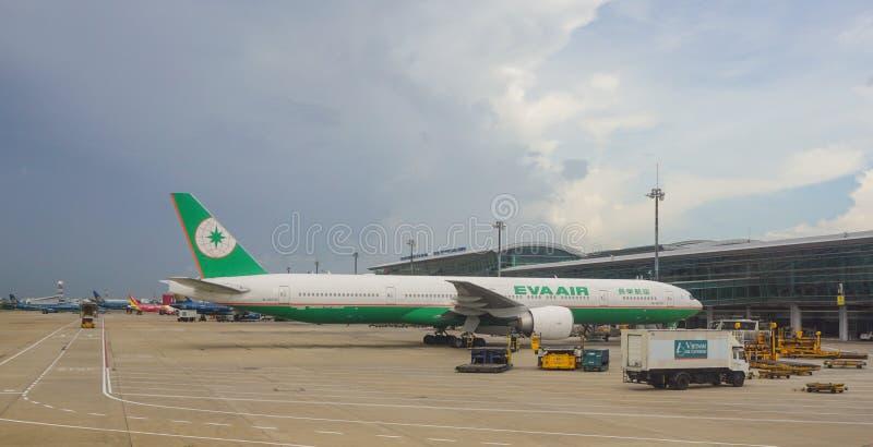 Amarrage d'avion d'EVA Air à l'aéroport dans Saigon, Vietnam photographie stock