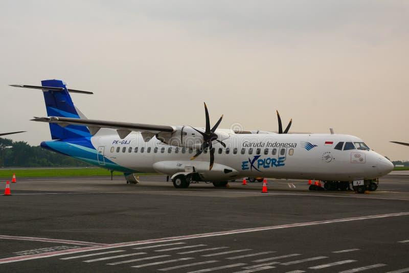 Amarrage d'avion de passager à l'aéroport photos stock