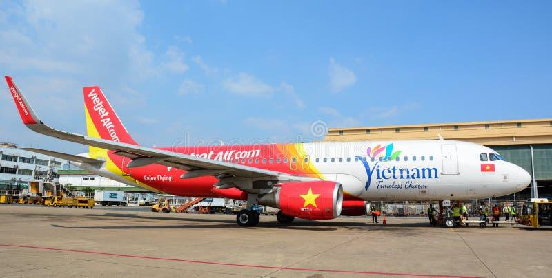 Amarrage d'avion de Vietjet à l'aéroport de Tan Son Nhat dans Saigon, Vietnam images stock