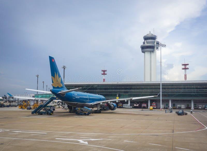 Amarrage d'avion de Vietnam Airlines à l'aéroport dans Saigon, Vietnam images stock