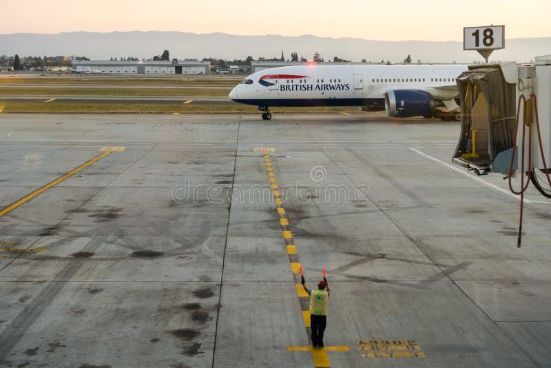 Amarrage d'avions de British Airways au coucher du soleil photos stock