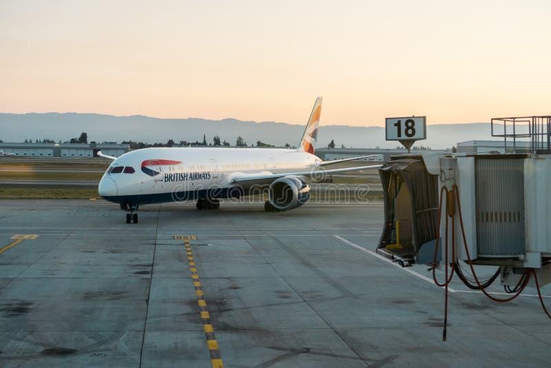 Amarrage d'avions de British Airways au coucher du soleil images libres de droits