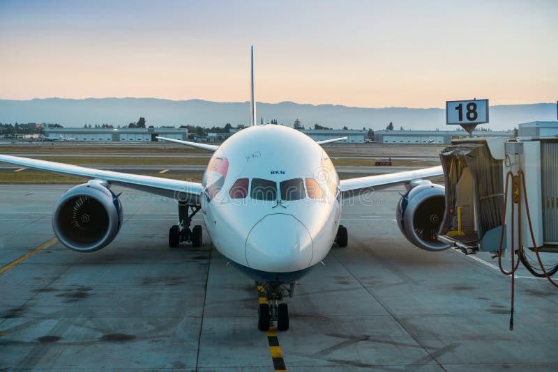 Amarrage d'avions de British Airways au coucher du soleil image stock
