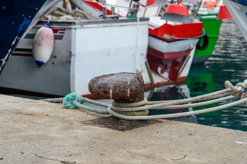 Amarrage de bateau dans le port espagnol images libres de droits