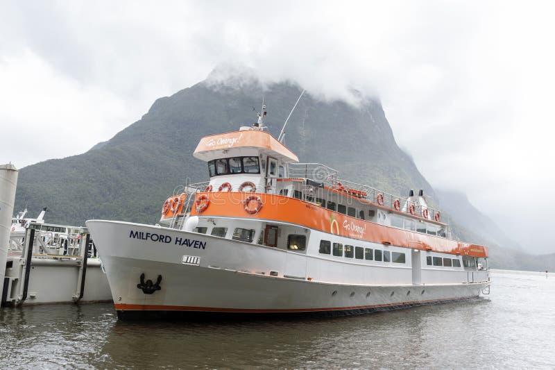 Amarrage de bateau de touristes au pilier de terminal pour passagers de Milford Sound photographie stock