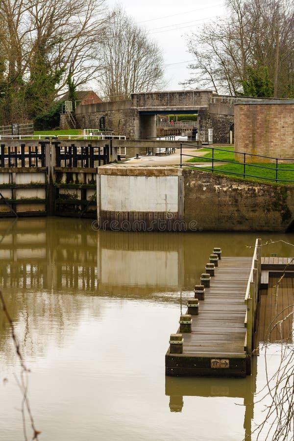 Amarrage de blocage et de bateau de canal. image stock