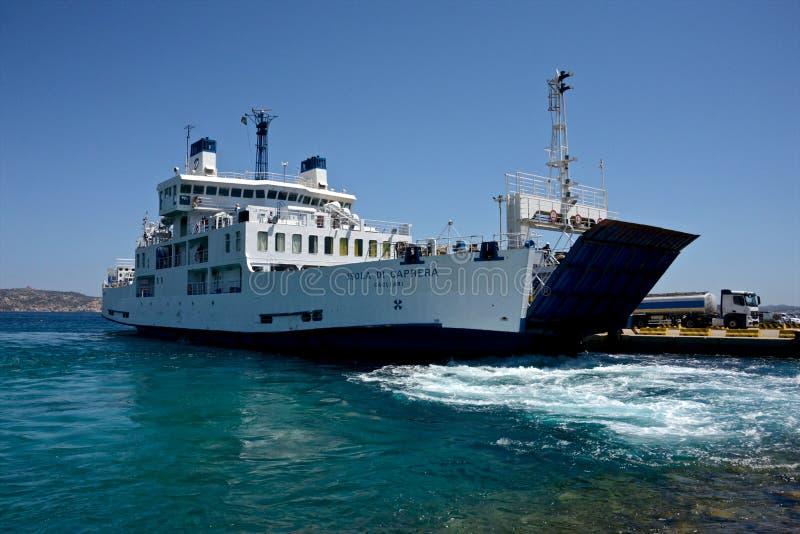 Amarrage de ferry-boat au port image stock