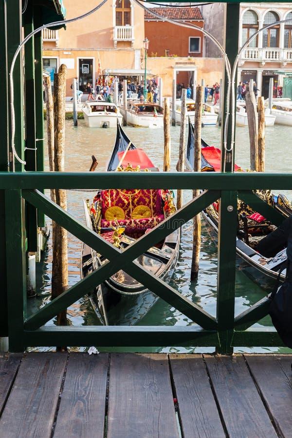 Amarrage de gondole dans la ville de Venise dans le matin photo libre de droits