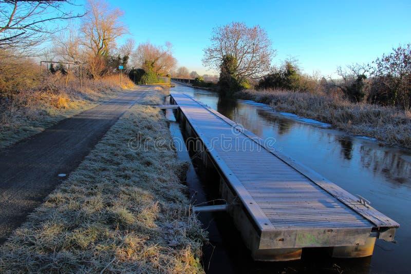 Amarrage de la plate-forme sur le canal congelé photo stock