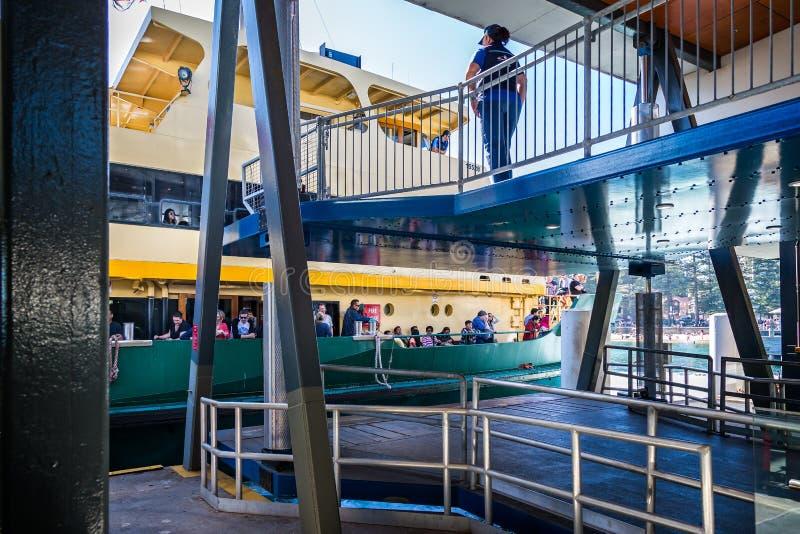 Amarrage de Sydney Harbour Ferry au pilier circulaire de Quay de la baie d'amarrage à Sydney, Australie photos libres de droits