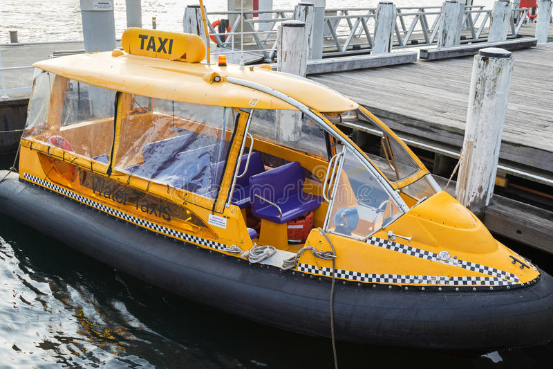 Amarrage de taxi de Sydney Yellow Water au pilier chez Darling Harbour photo libre de droits