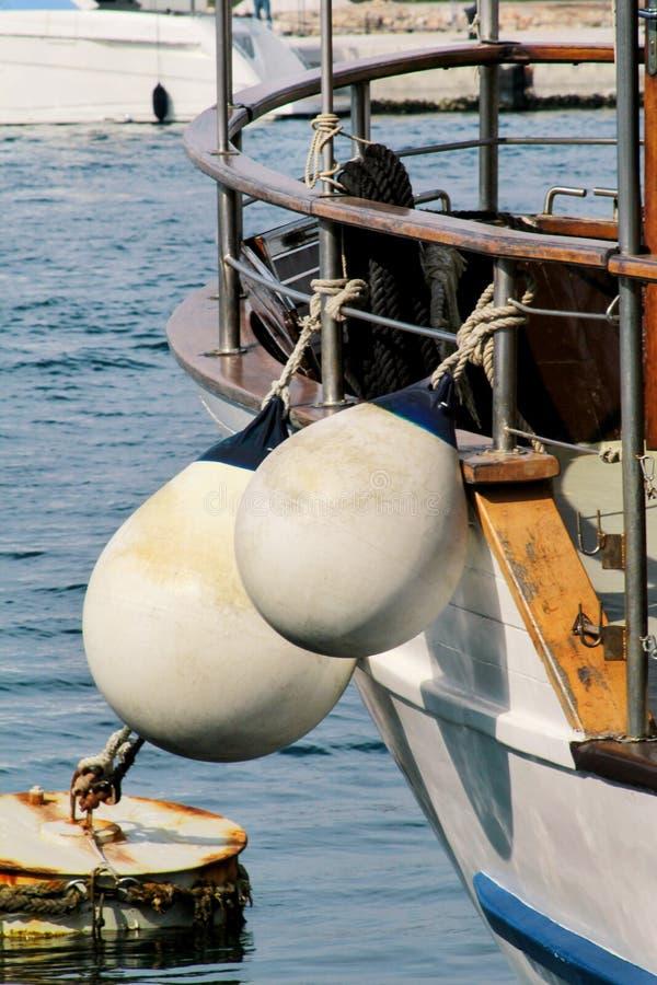 Amarrage des balises blanches sur le bateau de pêche photographie stock