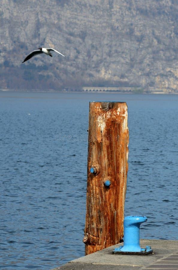 Amarrage du poteau et de la borne le long du lac Iseo photographie stock