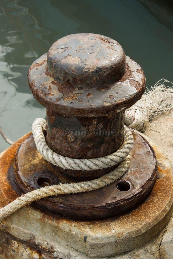 Amarrage et corde Verticle photo stock